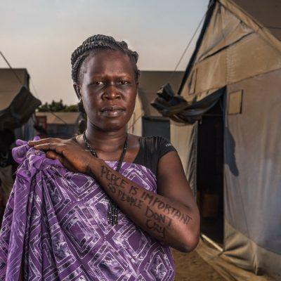 """Awel Mayom, Mangaten IDP Camp, Juba. Awel è stata separata dai suoi figli a causa del conflitto e ha perso una cugina che era come una figlia per lei. Spera che il coflitto finisca così che le persone """"non si sentano più perdute""""."""