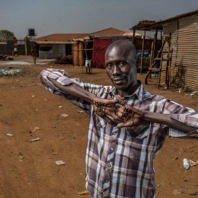 Deng Magi Shol, Juba. Mondoj, un cugino al quale Deng era molto legato, è stato ucciso durante un conflitto a fuoco fra gruppi rivali. Deng ricorda come il cugino l'abbia sempre supportato e vorrebbe che fosse ancora vivo.