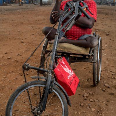 Benson, che soffre di poliomelite, ha perso la moglie nel conflitto a Juba. Ora è rimasto solo a prendersi cura dei suoi quattro figli nel campo per gli sfollati.