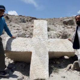 Una croce millenaria riaffiora in Pakistan ai piedi del K2
