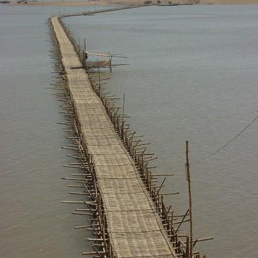 Oltre il ponte «ove il cielo s'inarca / e tocca il mare»