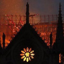 Notre Dame, la preghiera dei missionari di Parigi