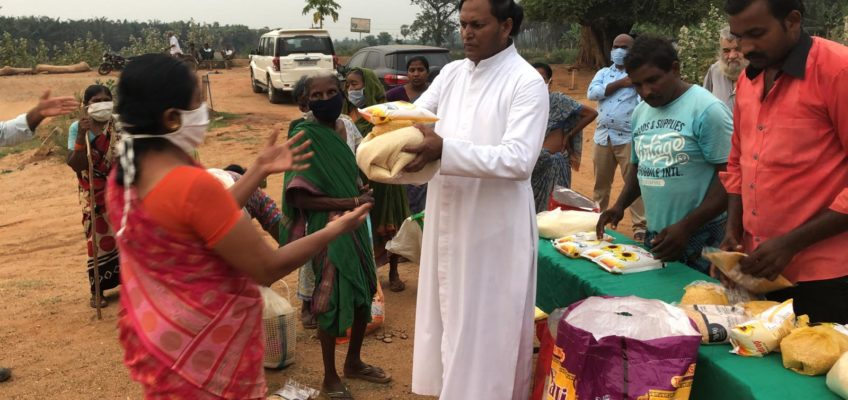 Mumbai, il Coronavirus accomuna ricchi e poveri