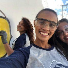 La ragazza che ristruttura le case dei poveri con la cazzuola e Instagram