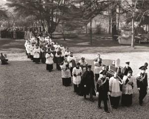 3 maggio 1958, processione nel cortile del Pime a Milano col cardinal Angelo Roncalli che accompagna da Venezia a Milano la salma del suo predecessore mons. Angelo Ramazzotti.