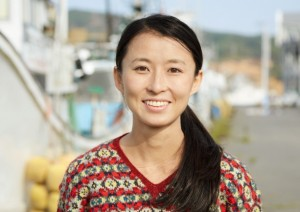 Tamako Mitarai con uno dei maglioni realizzati (foto: Yoichi Nagano)