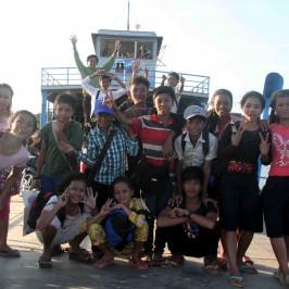 Cambogia: un missionario in traghetto sul fiume Mekong