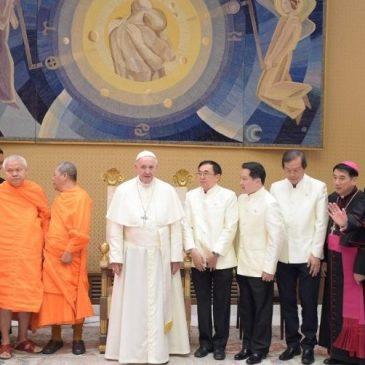 Monaci buddhisti thailandesi dal Papa: «Progrediamo nella conoscenza e nella stima»