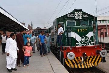 Un treno per celebrare il Natale in Pakistan