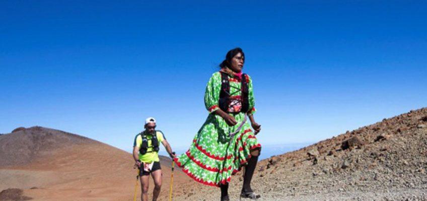 Coi sandali e l'abito tradizionale più forte dei maratoneti