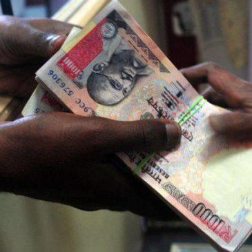 Banconote ritirate, India in ginocchio